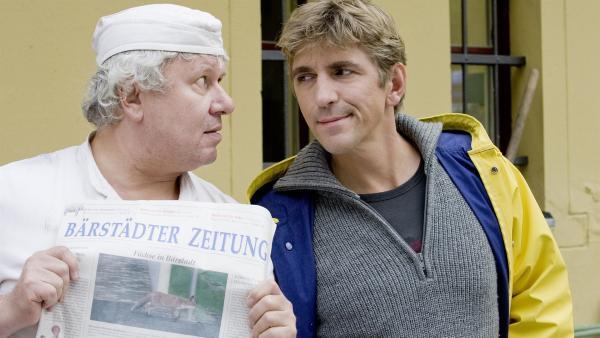 Ein Fuchs streunt durch Bärstadt. Der Bäcker (Roland Florstedt) ist überzeugt, dass der in die Backstube eingebrochen ist. (re.: Guido Hammesfahr) | Rechte: ZDF/Antje Dittmann