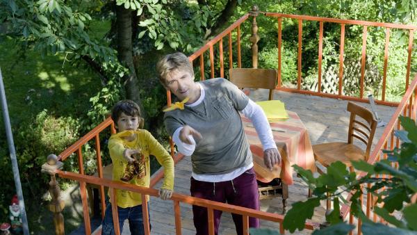 Fritz (Guido Hammesfahr) und Yunus (Jannis Michel) testen Papierflieger. | Rechte: ZDF/Antje Dittmann