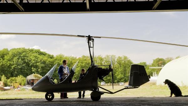 Ein Rundflug über Bärstadt ist der Hauptpreis. Doch es kann nur einer mitfliegen! Fritz (Guido Hammesfahr) oder Yunus (Jannis Michel)? | Rechte: ZDF/Antje Dittmann