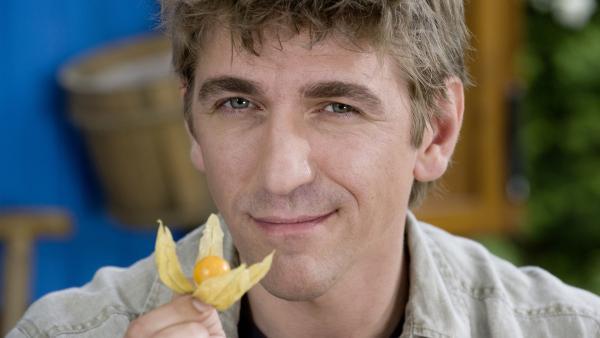 Eine tropische Frucht im heimischen Gewächshaus?! Fritz Fuchs (Guido Hammesfahr) hat einen Plan. | Rechte: ZDF/Antje Dittmann