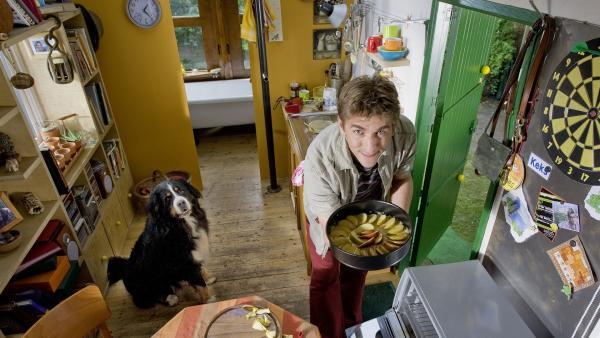 Ein Kuchen für die Oma! Fritz Fuchs (Guido Hammesfahr) und Hund Keks bekommen seltenen Besuch. | Rechte: ZDF/Antje Dittmann
