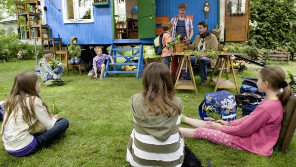 Die Schulklasse wartet gespannt, welche Geheimnisse um den Löwenzahn Fritz (Guido Hammesfahr) und Freddy (Lasse Westphal) lüften. | Rechte: ZDF/Antje Dittmann