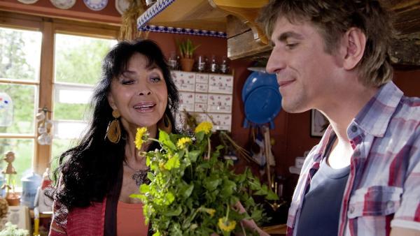 Fritz Fuchs (Guido Hammesfahr) versucht der Kräuterfrau (Dunja Rajter) noch mehr Löwenzahn-Rezepte zu entlocken. | Rechte: ZDF/Antje Dittmann