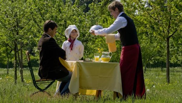 Fritz (Guido Hammesfahr) und Freddy (Lasse Westphal) versuchen den Lehrer (Ulrich Drewes) mit einer Löwenzahn-Mahlzeit zufrieden zu stellen. | Rechte: ZDF/Antje Dittmann