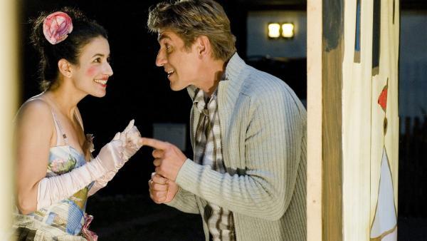 Fritz (Guido Hammesfahr) als Regisseur gibt Yasemin (Sanam Afrashteh) als Schauspielerin letzte Tipps für die Premiere ihres Stücks. | Rechte: ZDF/Antje Dittmann