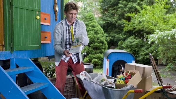 Altpapiertag am Bauwagen: Fritz Fuchs (Guido Hammesfahr) mistet groß aus. | Rechte: ZDF/Antje Dittmann