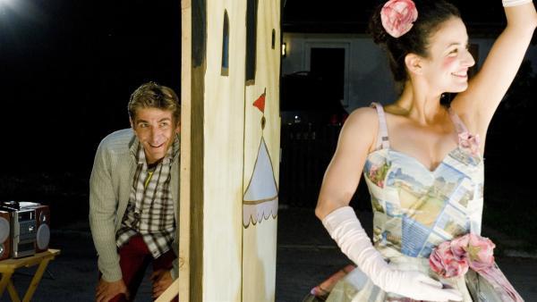 Premiere am Kioks, Regisseur Fritz (Guido Hammesfahr) fiebert mit Yasemin (Sanam Afrashteh) in der Rolle als 'Papiertänzerin' mit. | Rechte: ZDF/Antje Dittmann