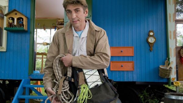 Rucksack, Picknick, GPS - Fritz Fuchs (Guido Hammesfahr) bereitet sich auf seine besondere Schatzjagd vor. | Rechte: ZDF/Antje Dittmann