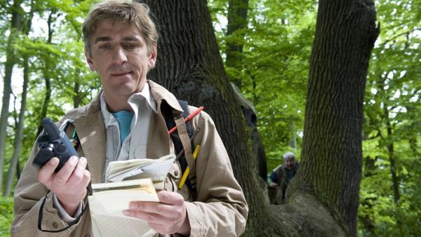Per GPS holt sich Fritz (Guido Hammesfahr) die Koordinaten für seine Schatzjagd. Im Hintergrund schleicht sich der neugierige Nachbar Paschulke (Helmut Krauss) an. | Rechte: ZDF/Antje Dittmann