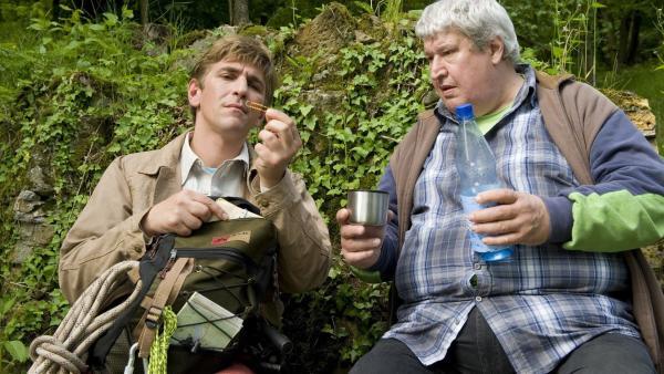 GPS verloren!? Fritz (Guido Hammesfahr) und Nachbar Paschulke (Helmut Krauss) sind in der Klemme - nur ein Kompass kann jetzt helfen, die Orientierung wieder zu finden. | Rechte: ZDF/Antje Dittmann