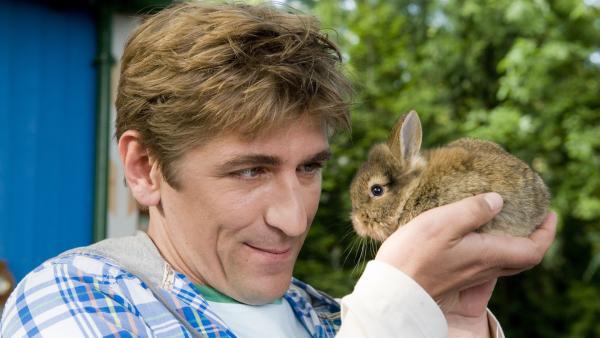 Ein süßes Kaninchen und seine Familie haben sich im Garten von Fritz Fuchs breit gemacht.   Rechte: ZDF/ANTJE DITTMANN