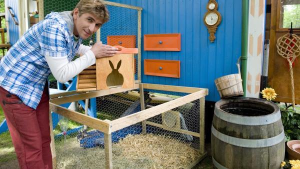 Fritz Fuchs (Guido Hammesfahr) hat ein spezielles Umzugs-Wohlfühlgehege gebaut für seine langohrigen Gäste. | Rechte: ZDF/Antje Dittmann