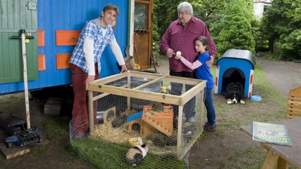 Endlich geschafft, Fritz Fuchs (Guido Hammesfahr) ist zufrieden: die Wildkaninchen sind in den Käfig gegangen, als Nichte Jule (Franziska Neiding) ihr Kaninchen Mopsi von ihrem Onkel Herrmann Paschulke (Helmut Krauss) abholt.   Rechte: ZDF/Antje Dittmann