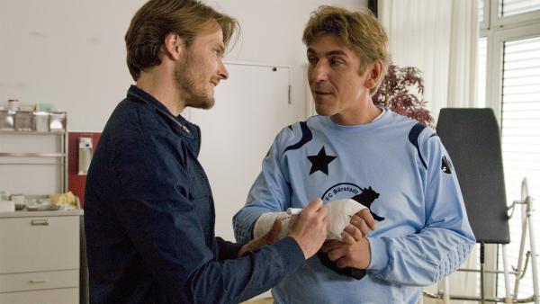 Der Bärstädter Profi-Spieler (Andreas Pietschmann) gibt Fritz Fuchs (Guido Hammesfahr) ein Autogramm auf den Gips - na, wenn's hilft. | Rechte: ZDF/Antje Dittmann
