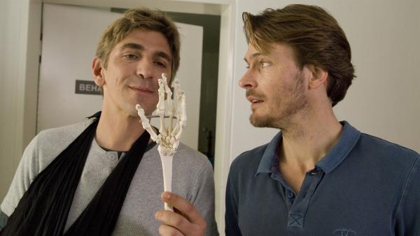 Im Wartezimmer begegnen sich Fritz Fuchs (Guido Hammesfahr) und ein Fußballprofi (Andreas Pietschmann). Und was war das noch gleich in Fritz' Hand? | Rechte: ZDF/Antje Dittmann