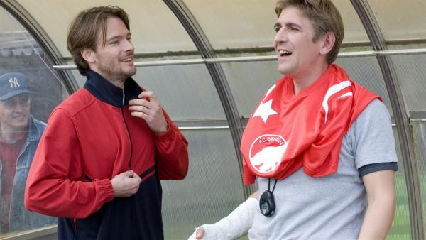 Das gibt's doch nicht: der Bundesligaprofi Timo Krause (Andreas Pietschmann) springt den Bärstädtern als Ersatzspieler bei. (re. Guido Hammesfahr) | Rechte: ZDF/Antje Dittmann