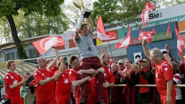 Juchuh! Am Ende haben die Bärstädter doch noch das Pokalspiel gewonnen. Sie feiern ihren Trainer Fritz Fuchs (Guido Hammesfahr). | Rechte: ZDF/Antje Dittmann