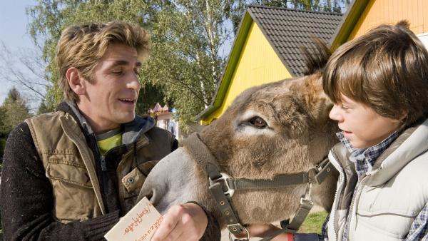 Was ein Glück: Bastian (Bruno Schubert) will Fritz Fuchs (Guido Hammesfahr) bei der Eselpflege helfen. | Rechte: ZDF/Antje Dittmann