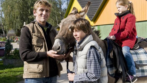Fritz Fuchs (Guido Hammesfahr) und Bastian (Bruno Schubert) - ein gutes Gespann wenn es um die Eselausritte geht. | Rechte: ZDF/Antje Dittmann