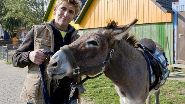 Fritz (Guido Hammesfahr) und der Esel - das neue Team im Tierpark. | Rechte: ZDF/Antje Dittmann