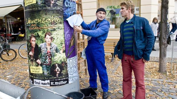 Der Plakatierer (Murat Topal) hat seine Not mit den Plakaten. Genau wie bei Fritz Fuchs (Guido Hammesfahr) geht bei ihm heute alles schief. | Rechte: ZDF/Antje Dittmann