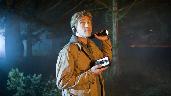Etwas unheimlich! Auf dem Friedhof wird Fritz (Guido Hammesfahr) schließlich fündig - hier jagen die Fledermäuse.   Rechte: ZDF/Antje Dittmann