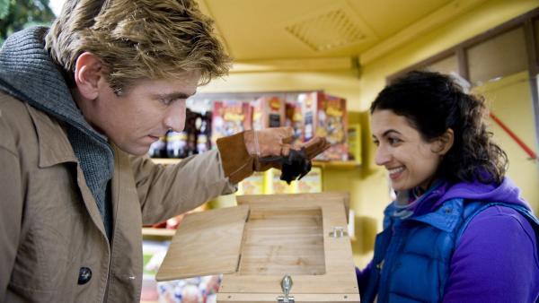 Und ab in die Umzugkiste! Fritz (Guido Hammesfahr) sammelt die Fledermausfamilie in Yasemins (Sanam Afrashteh) Kiosk ein, und will sie mit zu sich nach Hause nehmen.   Rechte: ZDF/Antje Dittmann