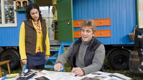 Fritz (Guido Hammesfahr) und Yasemin (Sanam Afrashteh) tüfteln an der Lösung. Wie finden die Fledermäuse zurück in ihr Zuhause?   Rechte: ZDF/Antje Dittmann