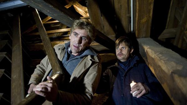 Was hat der Küster (Lars Rudolph) zu verbergen? Kurzerhand wirft er Fritz (Guido Hammesfahr) unfreundlich aus der Kirche.   Rechte: ZDF/Antje Dittmann