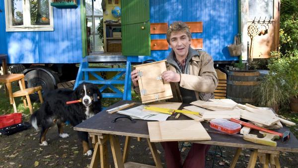 Ein Umzugscontainer speziell für Fledermäuse, von Fritz (Guido Hammesfahr) gebaut. | Rechte: ZDF/Antje Dittmann