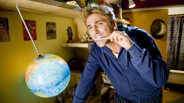 Fritz Fuchs (Guido Hammesfahr) geht bei der Zähnepflege mit gutem Beispiel voran. | Rechte: ZDF/Antje Dittmann