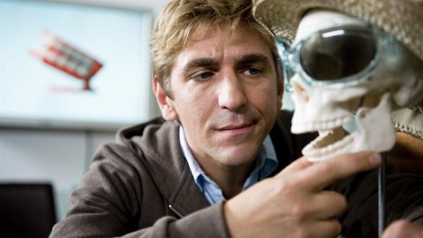 Da hat sich die Zahnärztin eine originelle Deko für ihre Praxis ausgedacht, findet Fritz Fuchs (Guido Hammesfahr). | Rechte: ZDF/Antje Dittmann