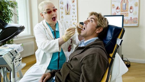 Ob die Zahnärztin (Hella von Sinnen) ein Loch findet? Sie nimmt Fritz Fuchs (Guido Hammesfahr) Zähne genau unter die Lupe. | Rechte: ZDF/Antje Dittmann