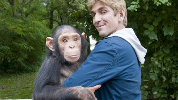Fritz Fuchs (Guido Hammesfahr) und der kleine Schimpanse mögen sich wirklich. | Rechte: ZDF/Antje Dittmann