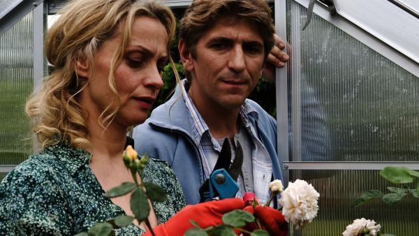 Fritz (Guido Hammesfahr) forscht; auch in der Nachbarschaft bei Frau von Schöneburg (Catherine Flemming) haben die Läuse es auf die Rosen abgesehen. | Rechte: ZDF/Antje Dittmann