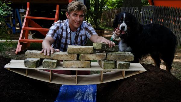 Keks hilft Fritz Fuchs (Guido Hammesfahr) bei seinen Experimenten: Die Bogenbrücke scheint stabil zu sein.   Rechte: ZDF/Antje Dittmann
