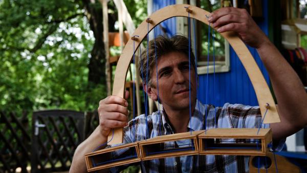 Fritz Fuchs (Guido Hammesfahr) hat eine geniale Idee, wie er eine stabile Brücke bauen könnte.   Rechte: ZDF/Antje Dittmann