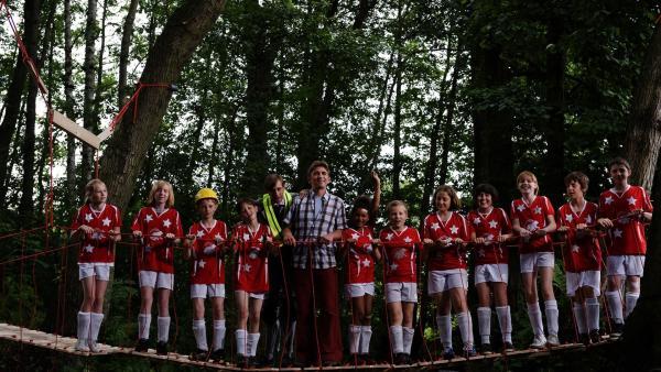 Juchuu, es hat geklappt. Fritz Fuchs (Guido Hammesfahr) hat eine Brücke für die Jung-Fußballer gebaut.   Rechte: ZDF/Antje Dittmann