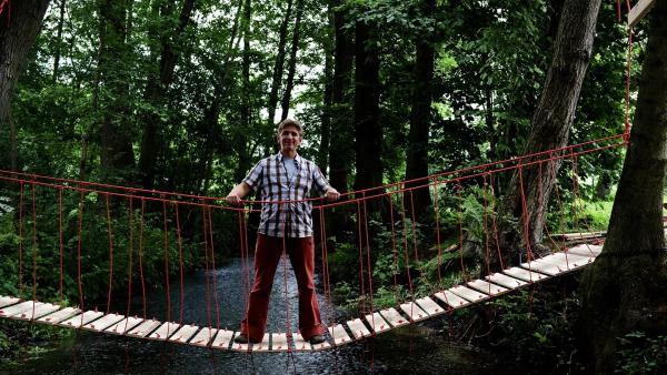 Fritz Fuchs (Guido Hammesfahr) und sein neuestes Werk: eine eigenkonstruierte Brücke.   Rechte: ZDF/Antje Dittmann