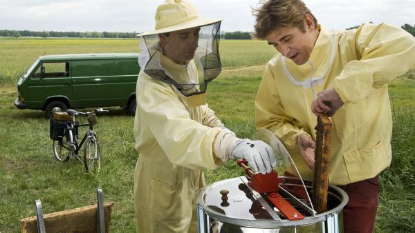 Ab in die Schleuder! Fritz (Guido Hammesfahr) und Imker Sven (Oliver Dupont) freuen sich auf frischen Honig. | Rechte: ZDF/Antje Dittmann