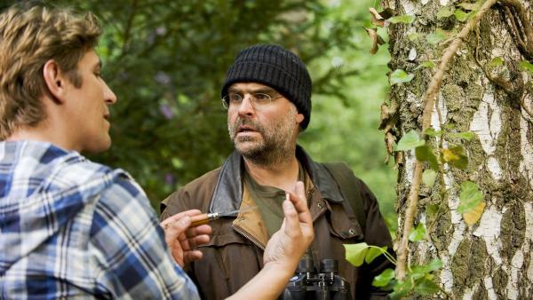 Fritz Fuchs (Guido Hammesfahr) hat das Beweisstück: Hier hat jemand auf den Wolf geschossen! Der Forscher (Jophi Ries) befürchtet Schlimmes. | Rechte: ZDF/Antje Dittmann