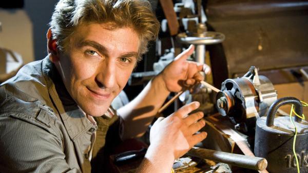 Fritz Fuchs (Guido Hammesfahr) macht sich die alte Technik der Mühle zunutze, um Strom zu erzeugen. | Rechte: ZDF/Antje Dittmann