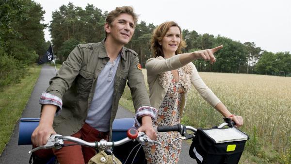Da geht's lang. Fritz Fuchs (Guido Hammesfahr) und seine Schwester (Eva Mannschott) auf dem Weg zu ihrem Erbe, der alten Wassermühle. | Rechte: ZDF/Antje Dittmann
