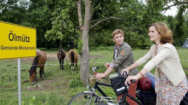 Fritz Fuchs (Guido Hammesfahr) und Suse (Eva Mannschott) haben geerbt - die alte Mühle suchen sie nun in einem kleinen Dorf. | Rechte: ZDF/Antje Dittmann
