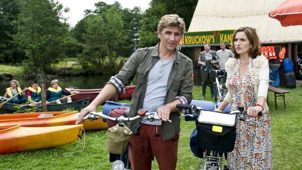 Als Fritz Fuchs (Guido Hammesfahr) und seine Schwester Suse (Eva Mannschott) nach der alten Mühle fragen, reagieren die Dorfbewohner ganz abweisend. | Rechte: ZDF/Antje Dittmann