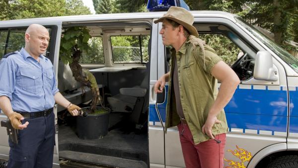 Ein Leguan im Polizeibulli - Auch Polizist Prust (Prodromos Antoniadis), ein alter Freund von Fritz (Guido Hammesfahr), hat eine Echse gefunden. | Rechte: ZDF/Antje Dittmann