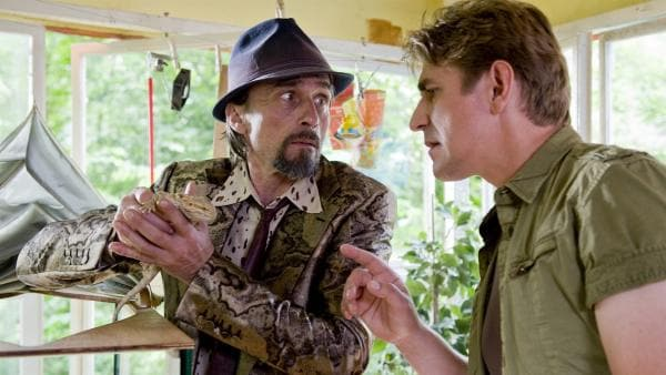 Fritz (Guido Hammesfahr) gefällt es gar nicht, wie der angebliche Tierfreund Hotzrogger (André M. Hennicke) mit dem exotischen Tier umgeht. | Rechte: ZDF/Antje Dittmann