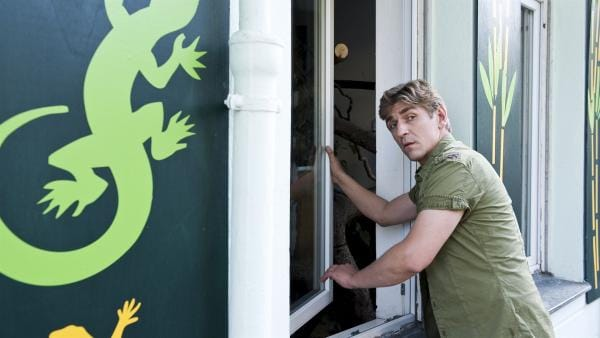 Fritz (Guido Hammesfahr) ermittelt in Sache Tierschmuggel, eine Spur führt ihn in Johnny Dschungels Reptilienladen. | Rechte: ZDF/Antje Dittmann