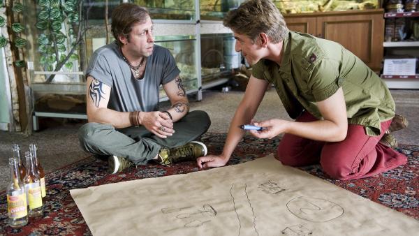 Warum tauchen in Bärstadt plötzlich so viele exotische Echsen auf? Fritz (Guido Hammesfahr) und Johnny (Oliver Korittke) erarbeiten einen Plan, um den Fall zu lösen. | Rechte: ZDF/Antje Dittmann