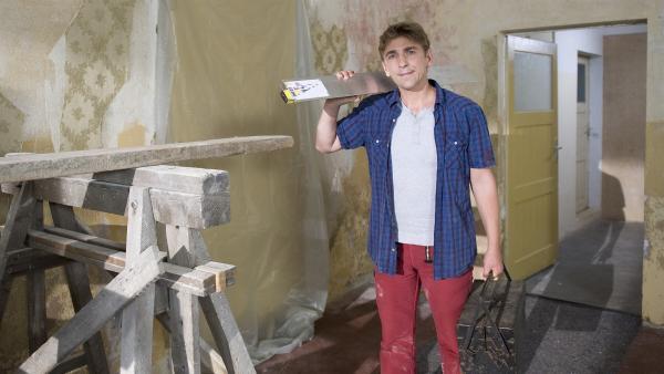 Frisch ans Werk! Fritz (Guido Hammesfahr) will das alte Geisterhaus renovieren. | Rechte: ZDF/Antje Dittmann